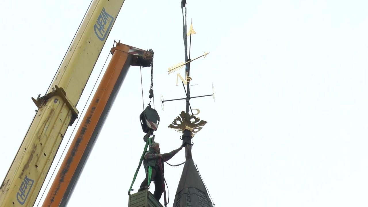 Zrenovovaná korouhev na Staré radnici